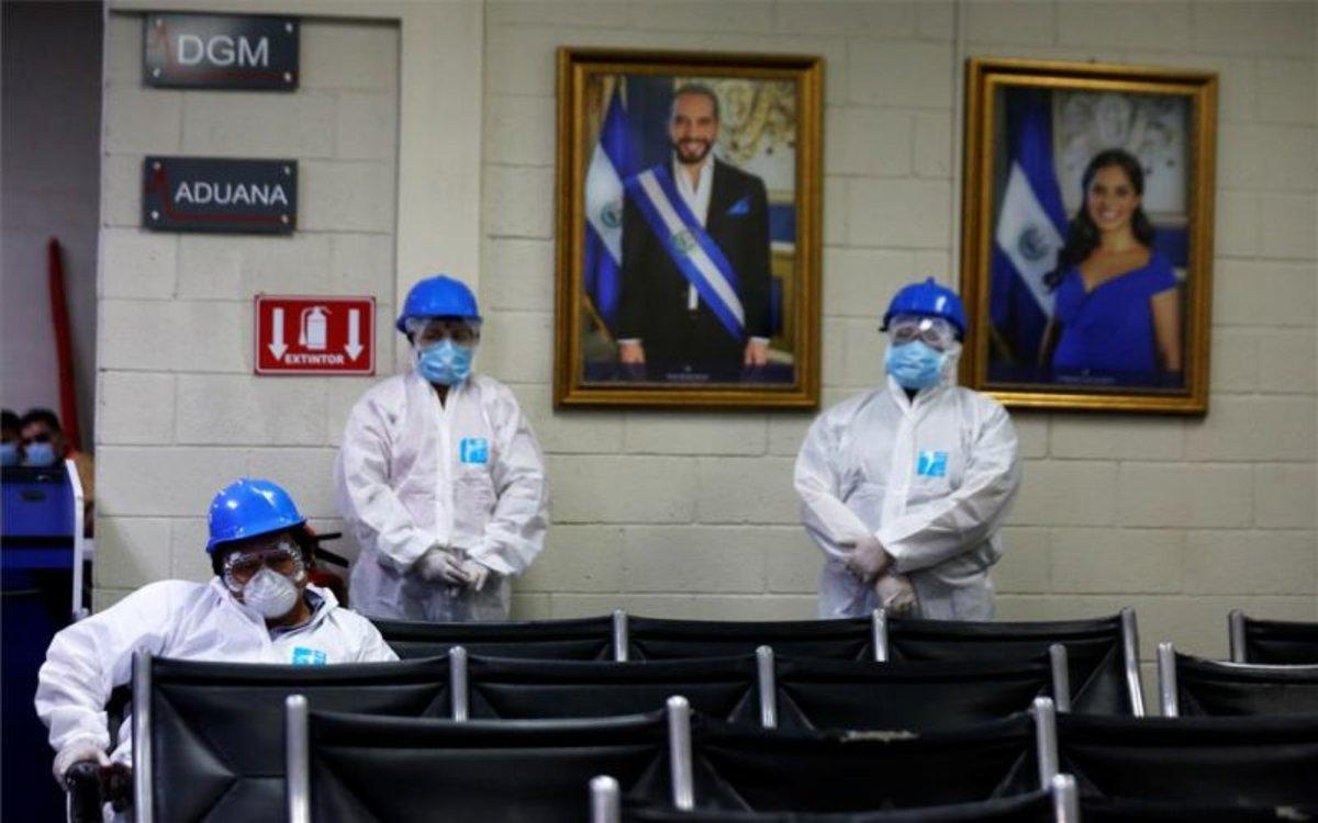 Personal médico en El Salvador preparados para el coronavirus.