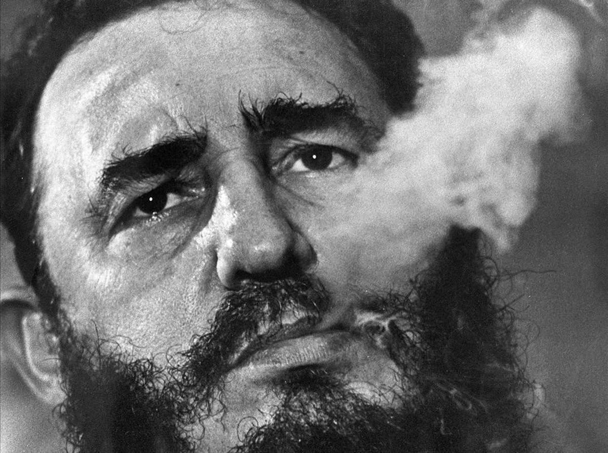 Castro en 1985 fumando un puro, una imagen icónica del líder