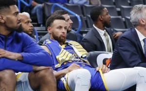 Stepehn Curry sigue desde el banquillo el tramo final del partido ante los Thunder.