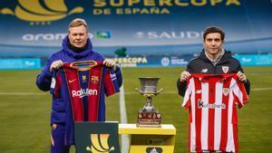 Koeman y Marcelino posan en el estadio de La Cartuja (Sevilla) ante la Supercopa