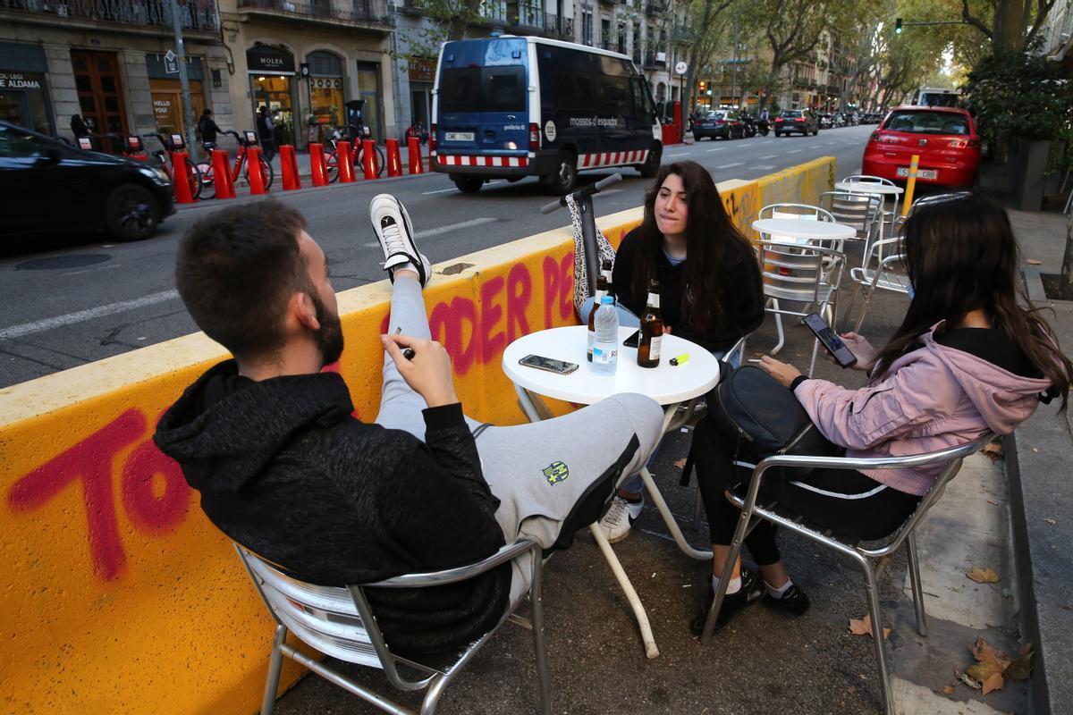 Unos jóvenes toman algo en la terraza del restaurante La Alhambra, en la ronda de Sant Pau, a finales de septiembre.