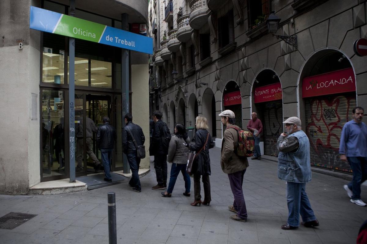 Cola ante la oficina de Treball en el Gòtic de Barcelona, en una imagen de archivo.