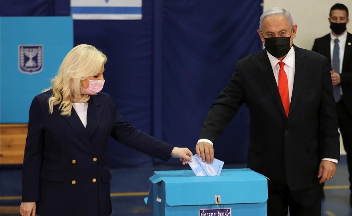Benjamin Netanyahu y su mujer, Sara, votan en las elecciones.