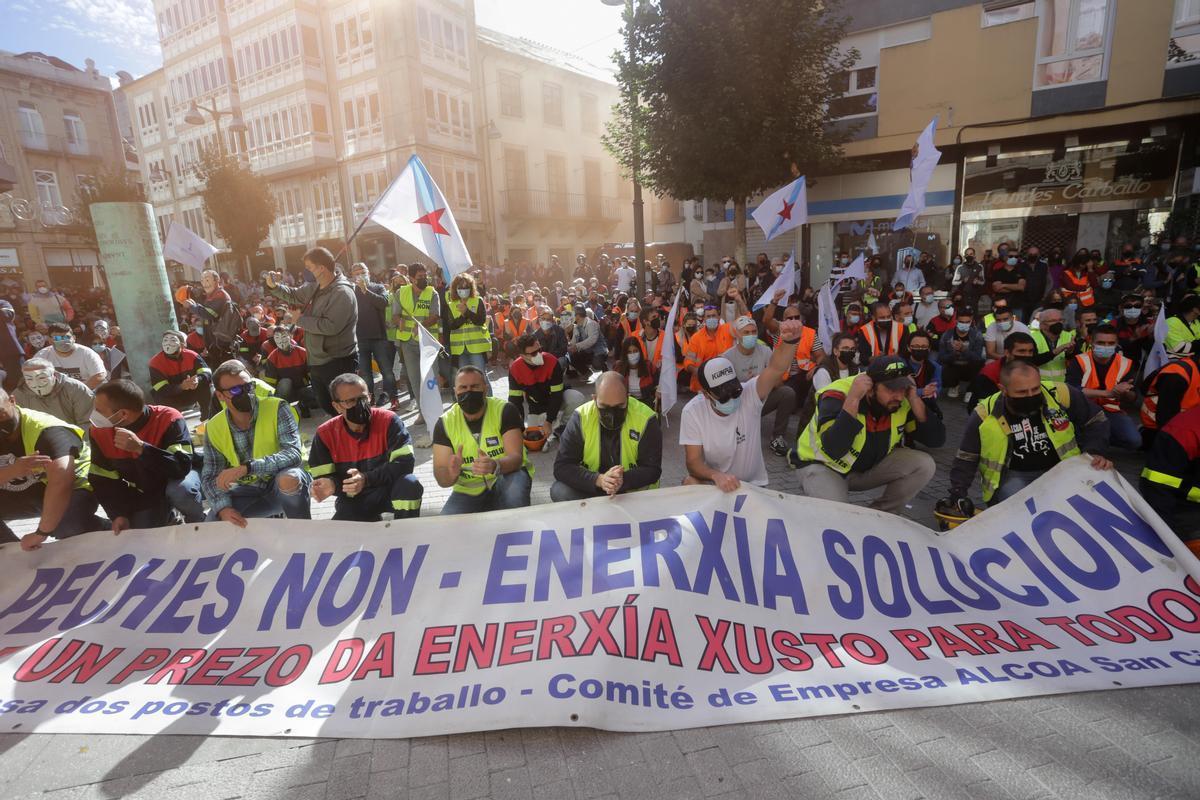 Concentración de los trabajadores de Alcoa, este domingo.