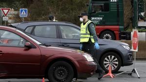 Un agente de la Guardia Civil realiza un control en el puente de Hendaya, en la frontera que separa la localidad vasca de Irún de Francia.