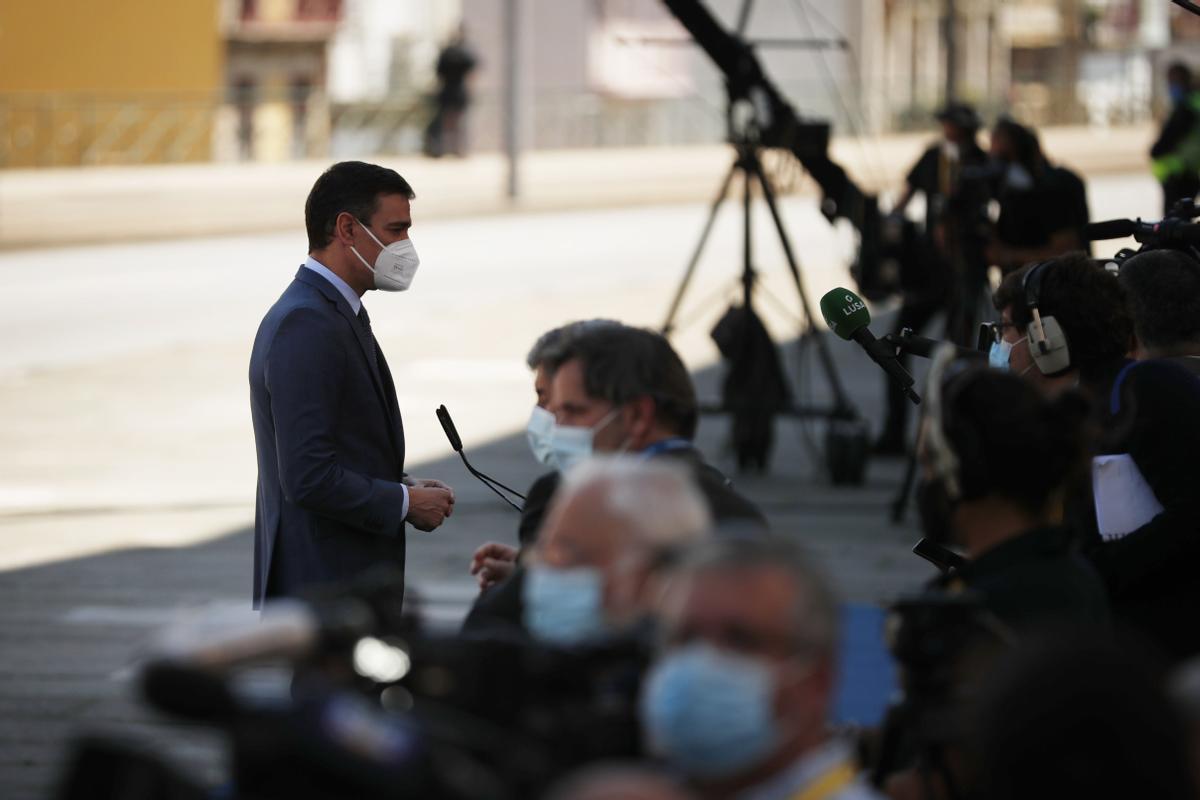 El presidente del Gobierno, Pedro Sánchez, atiende a los medios a su llegada a la Cumbre Social de la UE en Oporto (Portugal), el pasado 7 de mayo de 2021.