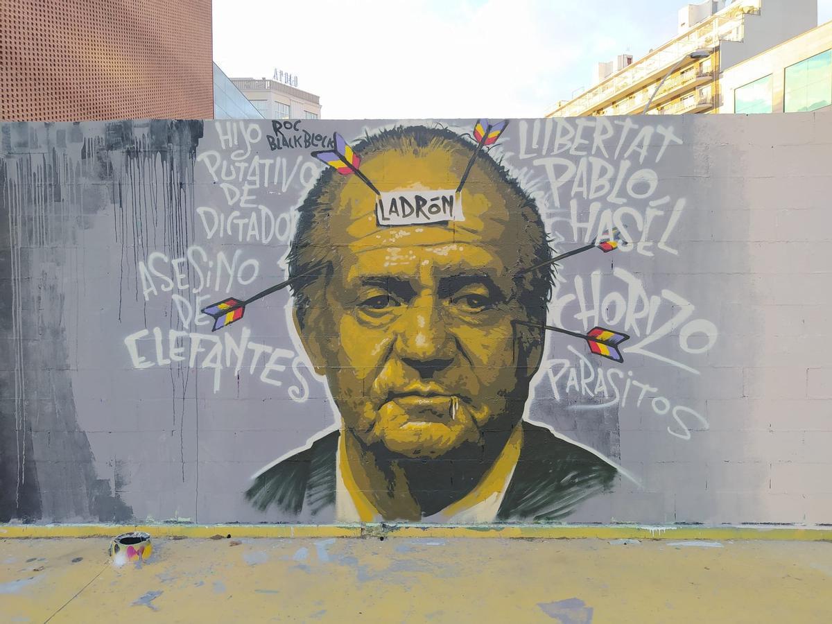 El grafiti que a media mañana del lunes ha sido borrado por los servicios de limpieza del ayuntamiento