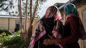 Eyerusalem es sostenida por un asistente en un centro de acogida para supervivientes de agresiones sexuales, en Mekele, el 27 de febrero de 2021.