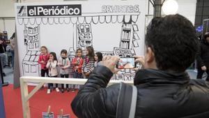 Unos niños posan para una foto en el quiosco de EL PERIÓDICO en La Ciutat dels Somnis del 2017.