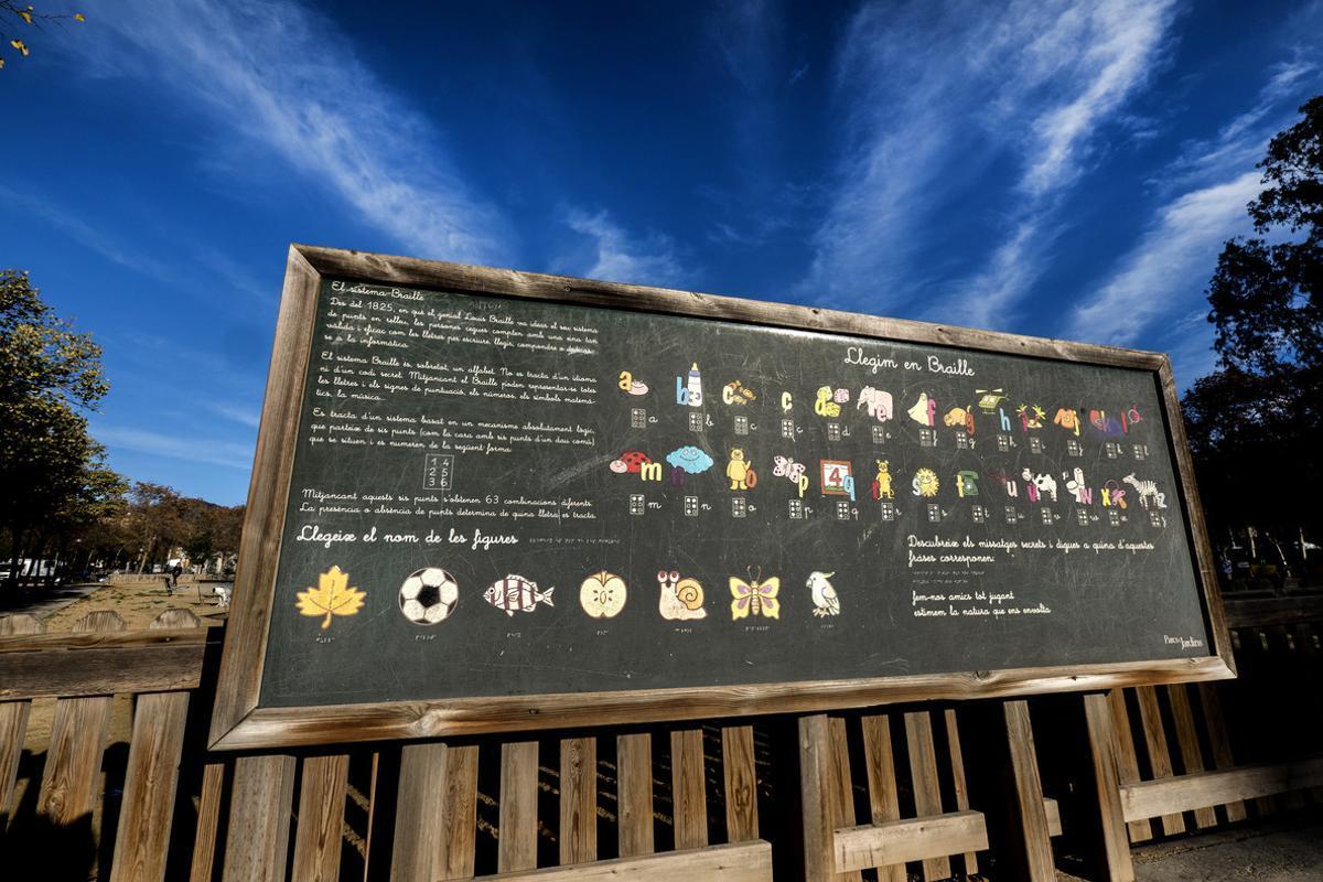 Un panel para aprender a leer en Braille y ponerlo en práctica, en Can Dragó.