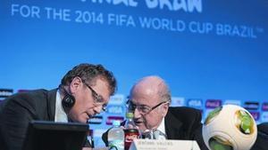 Blatter y Valcke, ayer durante una conferencia de prensa celebrada en Costa do Sauipe.