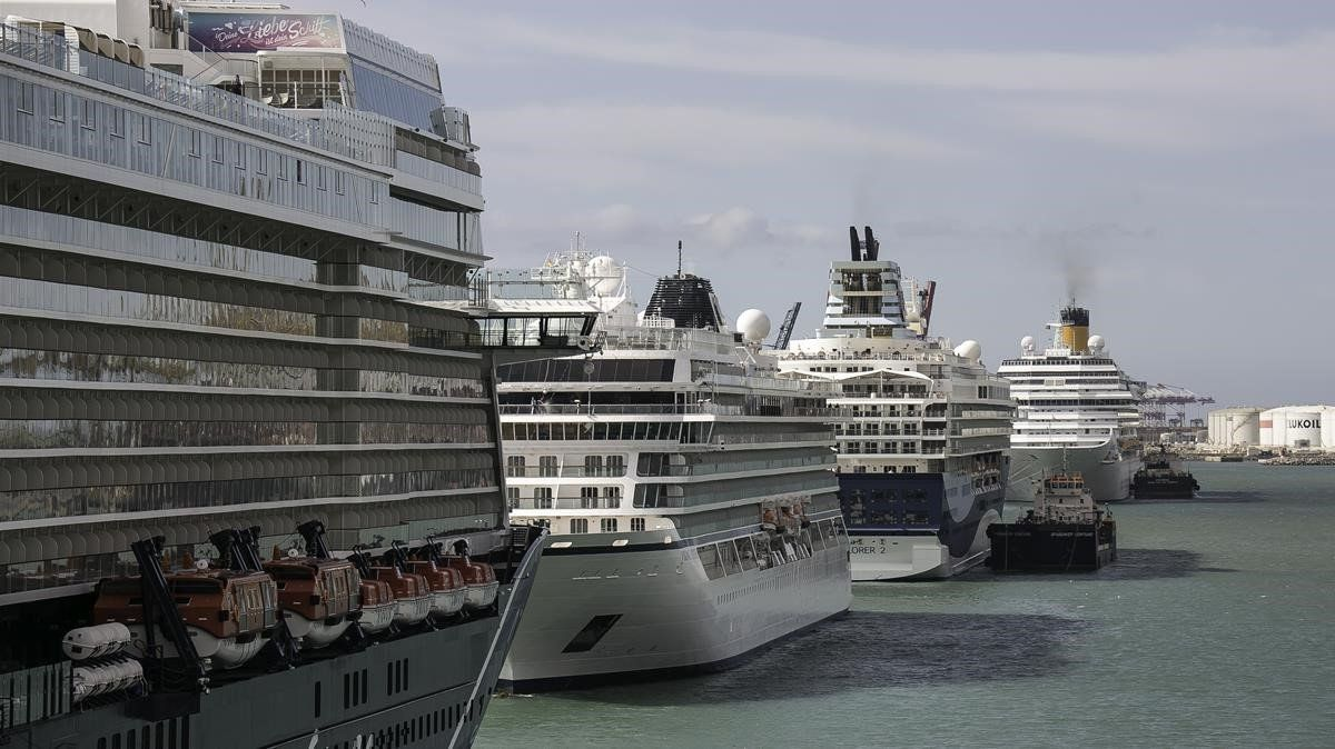 Cruceros en el Moll Adossat del puerto de Barcelona.