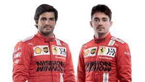 Carlos Sainz y Charles Leclers, en la presentación de hoy, en Maranello, del equipo Ferrari de F-1.