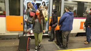 Usuarios de Renfe, esta mañana, en la estación de plaça Catalunya.