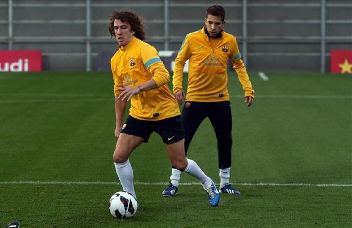 Puyol y Jordi Alba, en un entrenamiento del Barcelona en la ciudad deportiva de Sant Joan Despí.