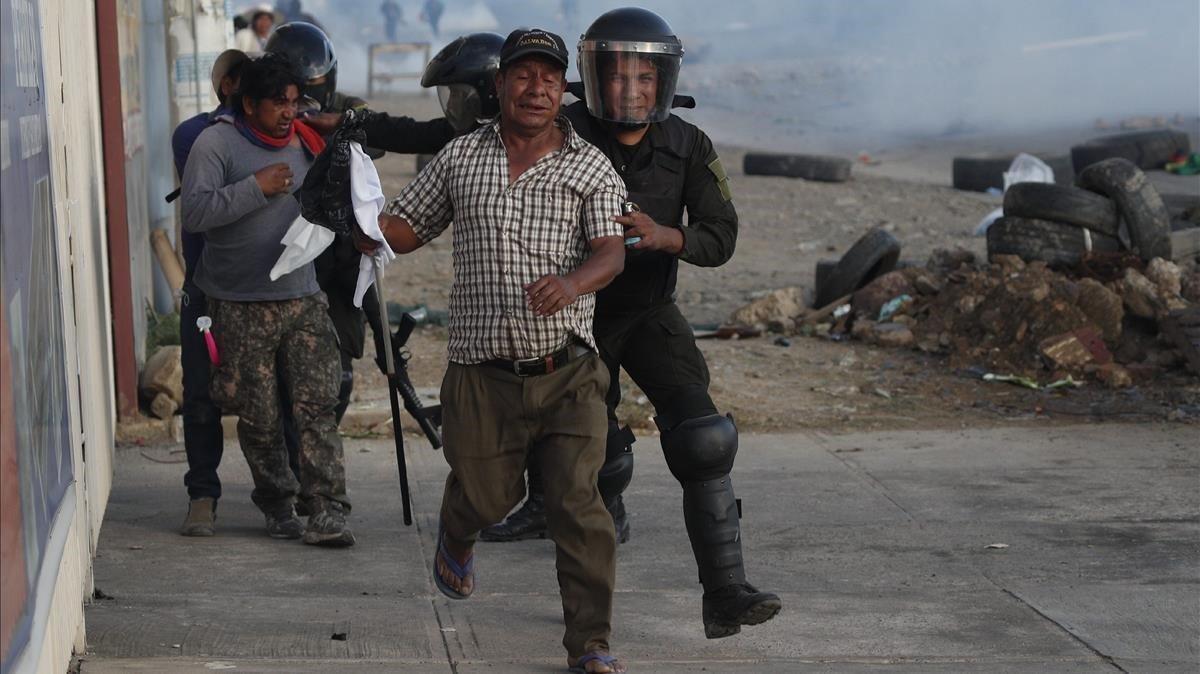 La policía detiene a partidarios de Evo Morales en una manifestación el pasado sábado en Cochabamba.