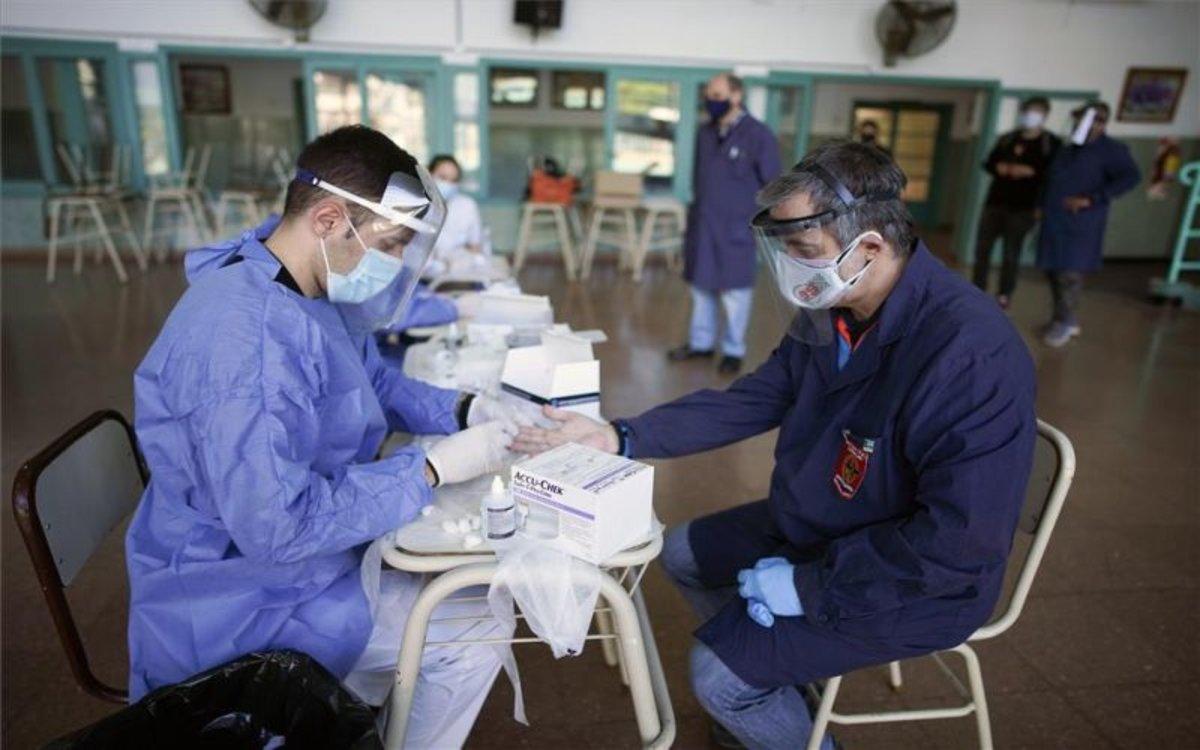 Personal médico realiza pruebas de COVID-19 en escuelas de Argentina.