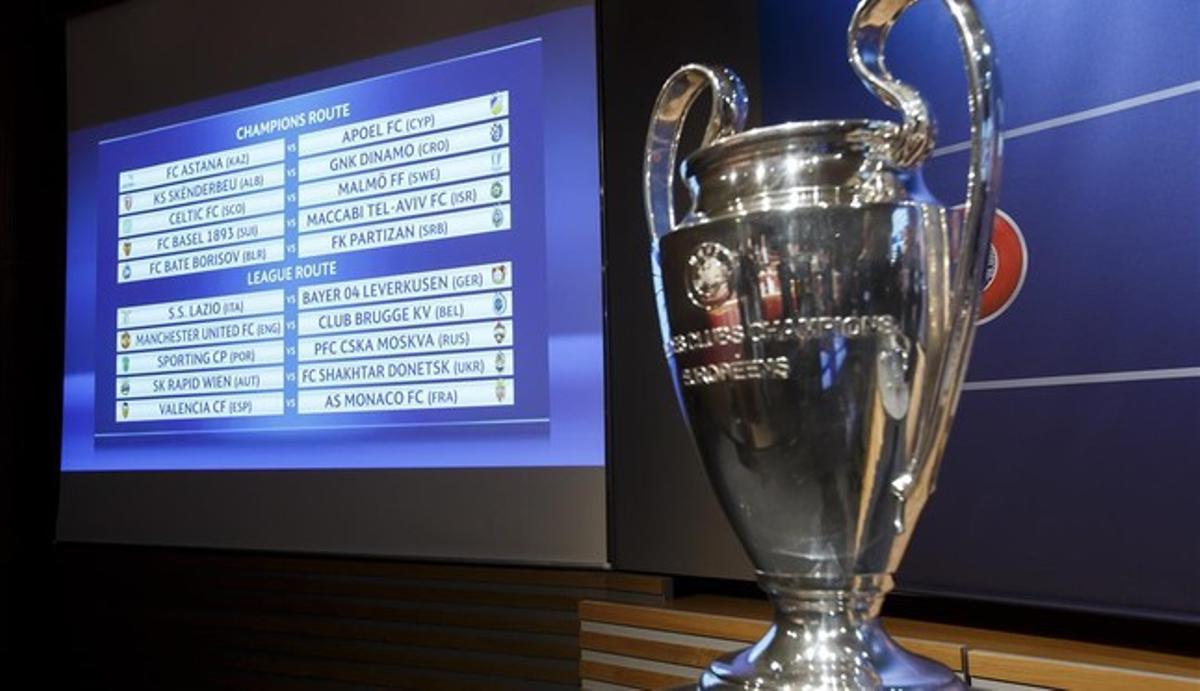 El cuadro del sorteo de la Champions, detrás del trofeo.