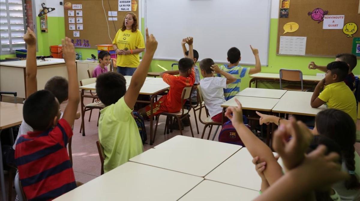 Una maestra con su clase de primaria en un colegio de Badalona.