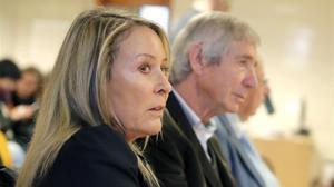 Marina Castaño, junto a Tomás Cavanna, exgerente de la Fundación Cela, durante una de las sesiones del juicio, en abril pasado.