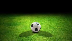 Una pelota de fútbol en un campo