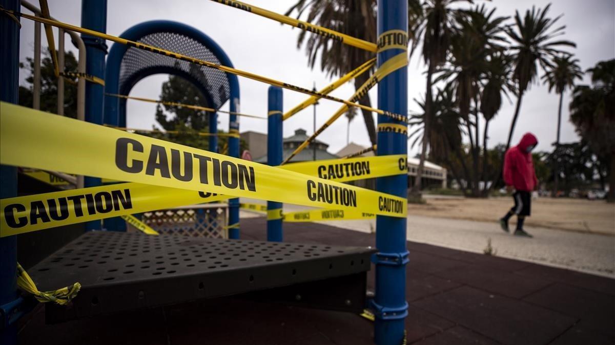 Un parque de niños clausurado por el coronavirus en Los Ángeles