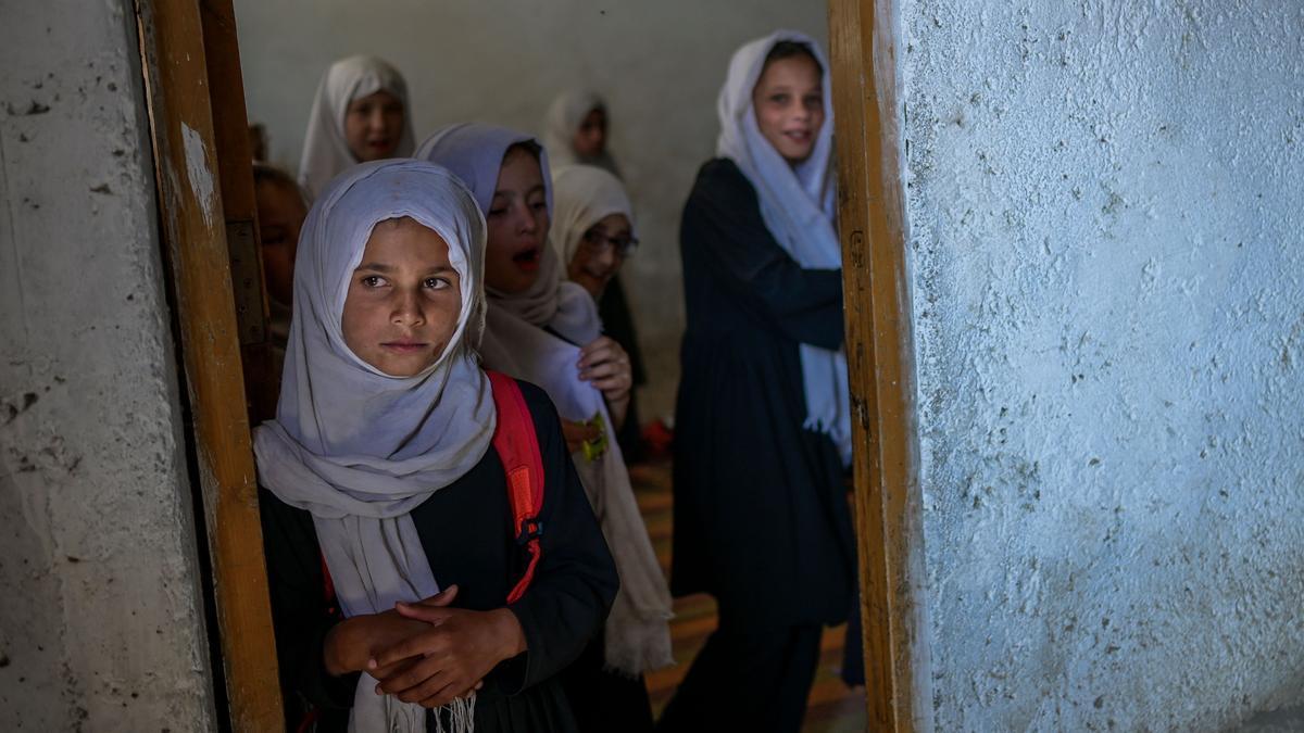 Unas niñas afganas esperan para entrar a su clase.