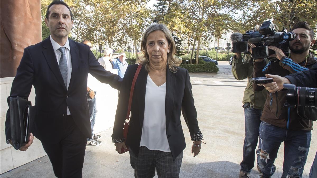 La tesorera del PP, Carmen Navarro, este lunes a su llegada a los juzgados de València.