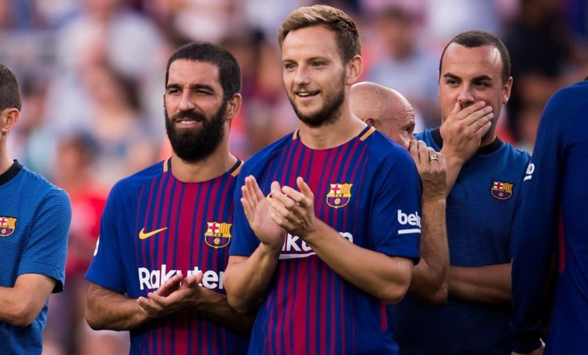 Arda Turan aplaude junto a Ivan Rakitic en la presentación de la plantilla 2017-18 del Barça.