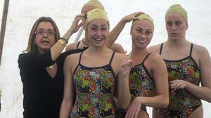 Anna Tarrés, con varias nadadoras ucranianas, este martes en Barcelona.