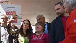 La primera ministra de Nueva Zelanda,Jacinda Ardern, en un centro de votaciones.