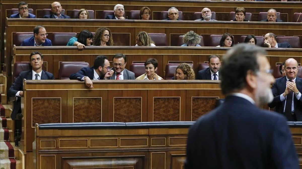 Pedro Sánchez y Mariano Rajoy, entre otros diputados, tras la investidura fallida del segundo el 31 de agosto, en el Congreso.