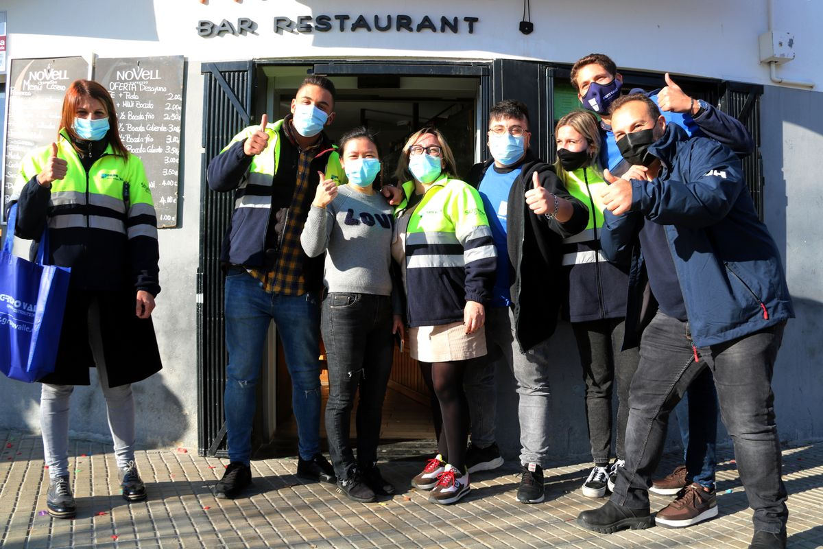 Trabajadores de la empresa Grupo Valle de Cornellà en el bar Nou Somni