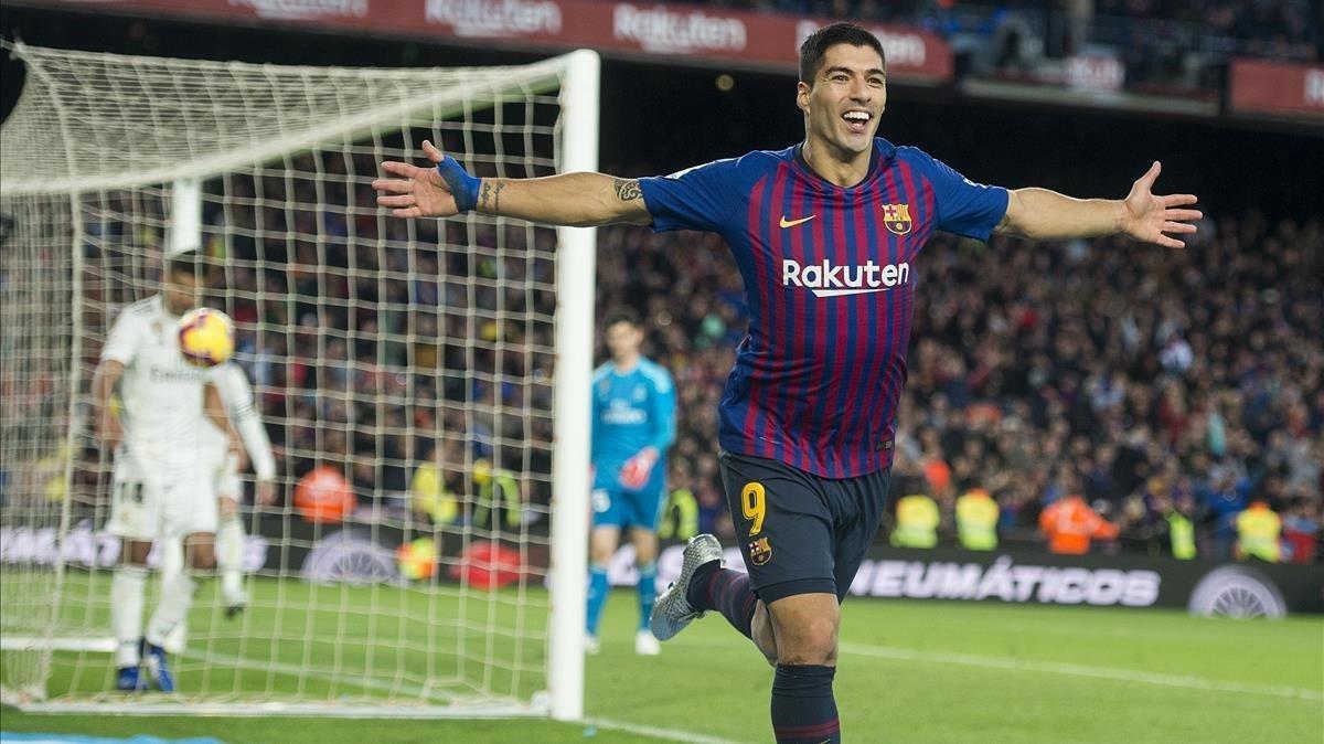Luis Suárez celebra su tercer gol al Madrid.
