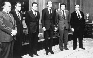 Carrillo, primero por la izquierda, junto a los líderes de los otros partidos --Rodríguez Sahagún (UCD), el presidente Suárez, González (PSOE) y Fraga (AP)-- en compañía del Rey durante la transición.