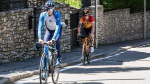 Enric Mas, seguido en la distancia por Iván Cortina, en el Coll de Ordino (Andorra), este lunes.