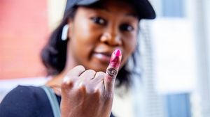 Una senegalesa muestra su dedo manchado con tinta endeleble, tras depositar su voto en las elecciones presidenciales del 24 de febrero del 2019.