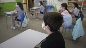 Alumnos de sexto de primaria del Institut Escola Antaviana en el barrio de Roquetes , en junio del 2020.