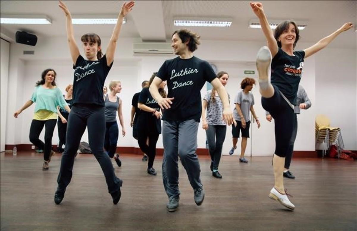 Los bailarines/profesoresRoser Font,Guillem AlonsoyLaia Molins, junto a un grupo de alumnosenla escuela Luthier Dansa.