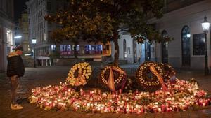 Ofrenda en el lugar del atentado terrorista en Viena.