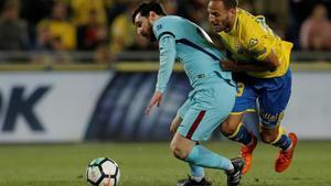 Messi, defendido por Castellano.