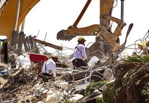 Trabajos de desescombro en el edificio derrumbado en Surfside.