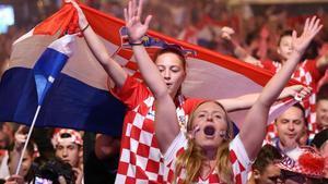 Seguidores de Croacia celebran el pase a la final del Mundial.