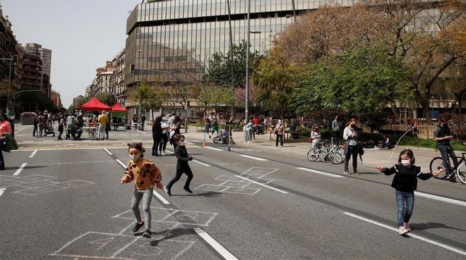 Unas 200 personas cortan la calle Aragó de Barcelona en contra de la contaminación