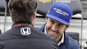 Fernando Alonso bromea con Michael Andretti, el propietario de la escuderia para la que mañana correrá las 500 Millas de Indianápolis.