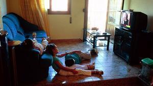 Tres niños, ante el televisor.