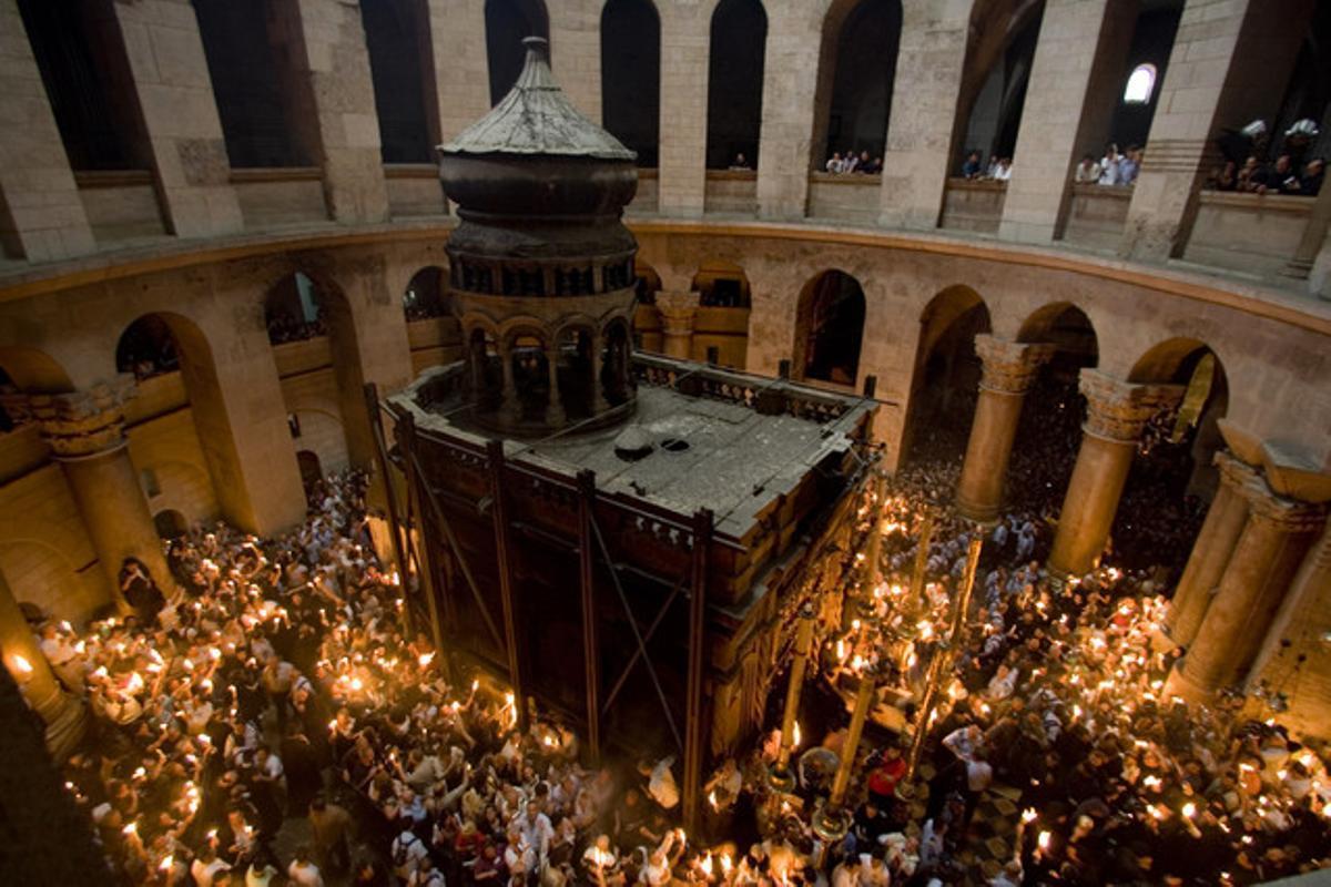 Peregrinos cristianos portan velas en la Iglesia del Santo Sepulcro, en Jerusalén.