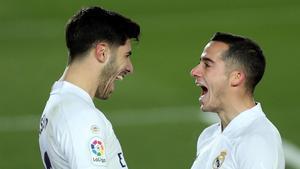 Asensio y Lucas Vázquez celebran el segundo gol del Madrid al Celta.