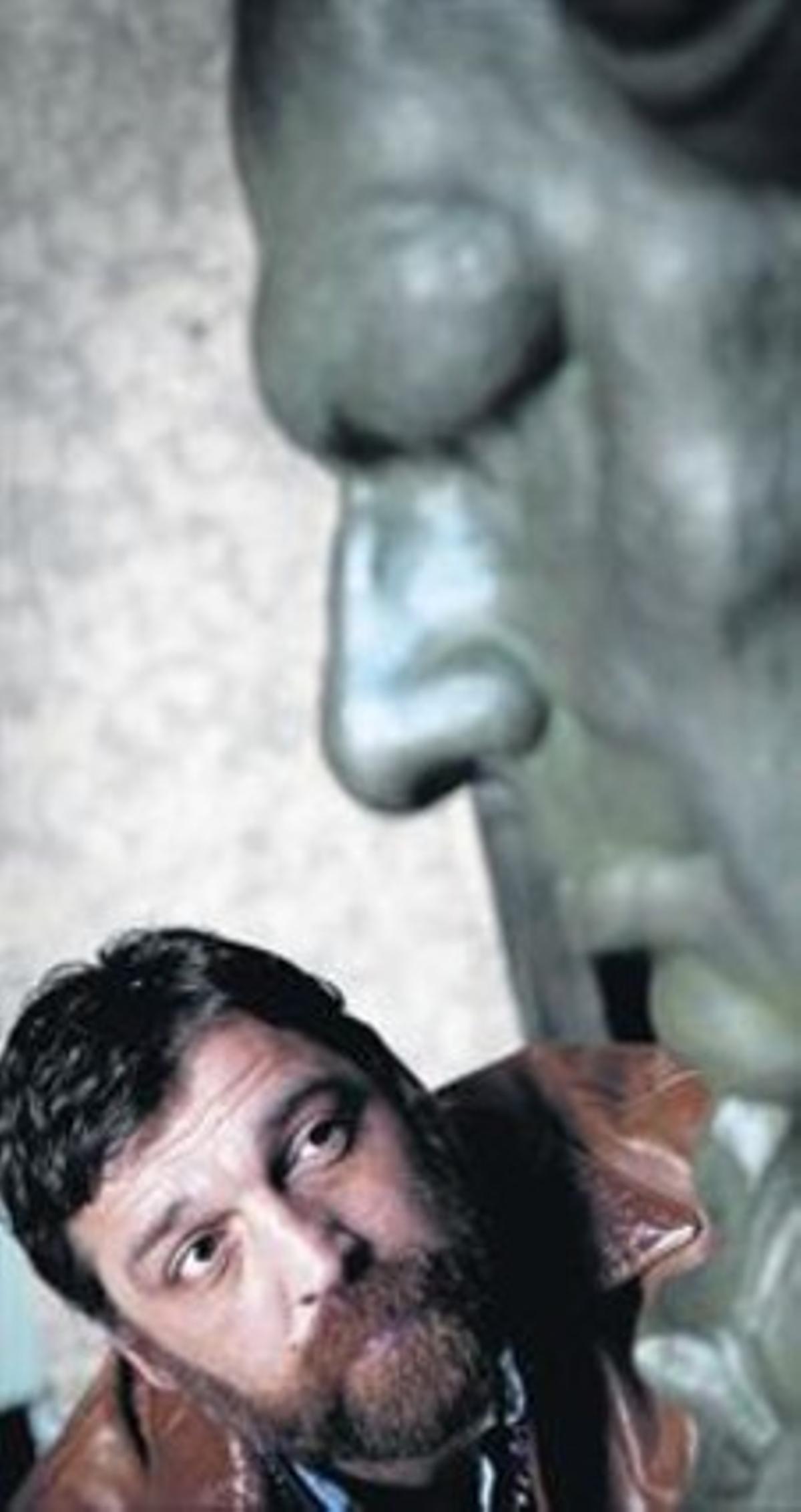 Hovik Keuchkerian, el martes, junto al Goya gigante que preside la sede madrileña de Academia de Cine.