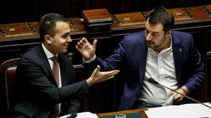 Salvini (derecha) yDi Maio se saludan el pasado 13 de febrero en una sesión del Parlamento en Roma.